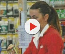 Cristina Plevani impegnata alla cassa del supermercato dove lavora
