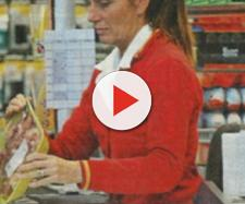 Cristina Plevani fa la cassiera in un supermercato