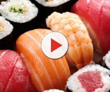 Mangia per mesi sushi: ciò che gli trovano nell'intestino ha dell'incredibile ecco perchè