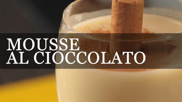 Mousse di cioccolato bianco con riduzione di lamponi, cacao e cannella