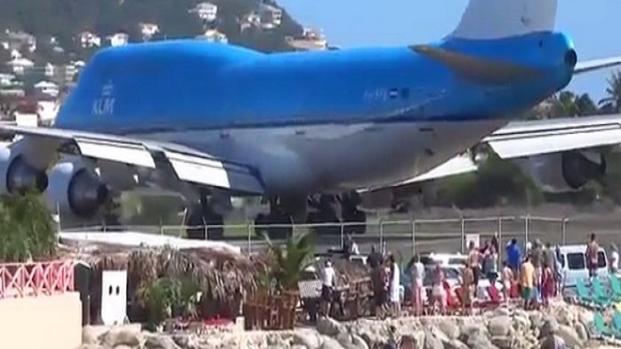 Video: Una turista muore a causa dello spostamento d'aria dell'aereo - video