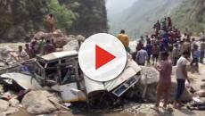 Urgente: ônibus despenca em penhasco e deixa dezenas de mortos