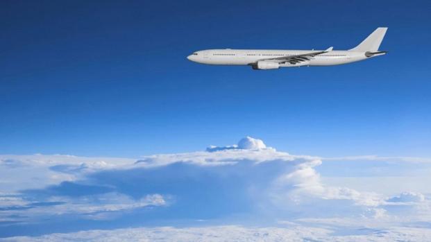 Professora 'tarada' transa com aluno em avião e coleguinha também pede sexo