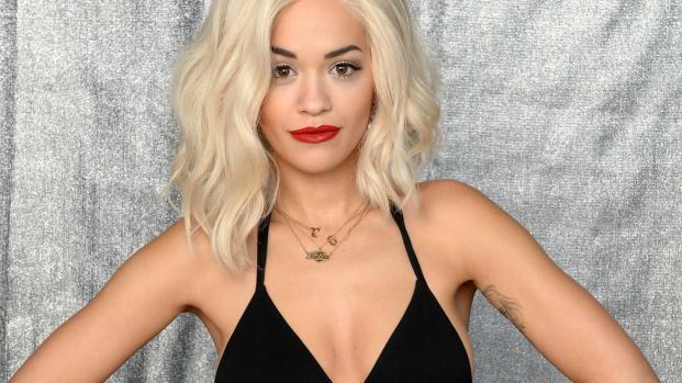 Rita Ora mostra curvas sensacionais em biquíni sexy na Jamaica