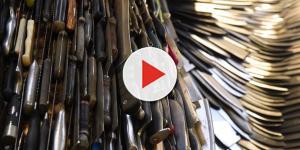Escultor passa 2 anos criando anjo gigante com 100 mil facas usadas em crimes