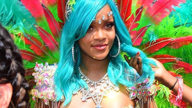 Rihanna mostra sua figura sensacional em biquíni revelador; veja