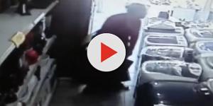 Vídeo mostra mulher roubando TV e colocando embaixo da saia; assista