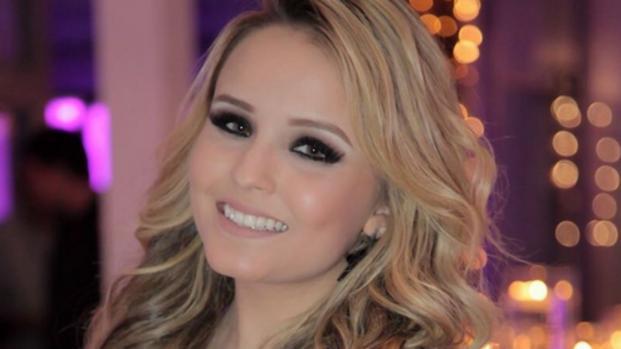 Larissa Manoela causa, dançando 'Paradinha' de vestidinho curto; assista