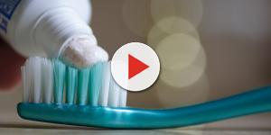 Dentifricio, non solo per pulire i denti: dieci modi curiosi di usarlo in casa