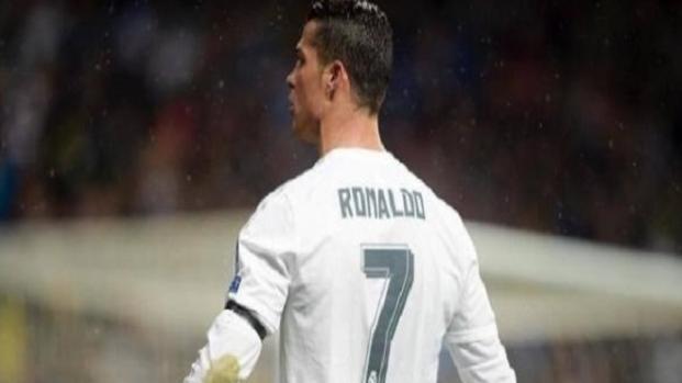 Cristiano Ronaldo punido por 5 jogos por em empurrar árbitro.