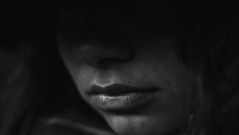 Irmã apaixonada pelo próprio irmão o ajuda a estuprar três crianças