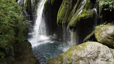 Vídeo mostra dois turistas bêbados mergulhando para morte em cachoeira; assista