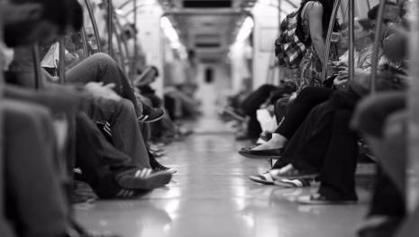 Casal é flagrado fazendo sexo dentro do metrô e vídeo mostra tudo