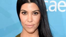 Kourtney Kardashian revela mamilo em top preto transparente