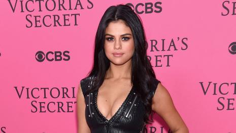 Selena Gomez exibe decote vertiginoso em encontro com The Weeknd