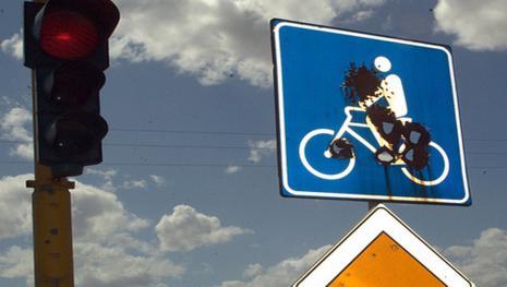 Video: Ciclista investito da auto, dopo lunga degenza viene anche multato