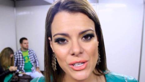 Ana Paula Valadão corta próprio cabelo e exibe novo visual