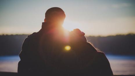 Mulher testa o esposo com menina para saber se ele é pedófilo; revelação choca