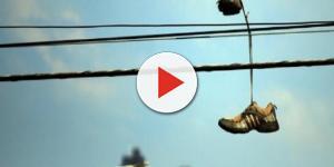Conheça o assustador significado dos tênis colocados em fios de energia.