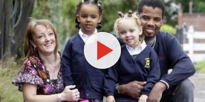 Assista: Mãe de gêmeas raras (uma negra e uma branca) precisou se explicar