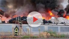 Pavia, brucia un capannone con rifiuti speciali della