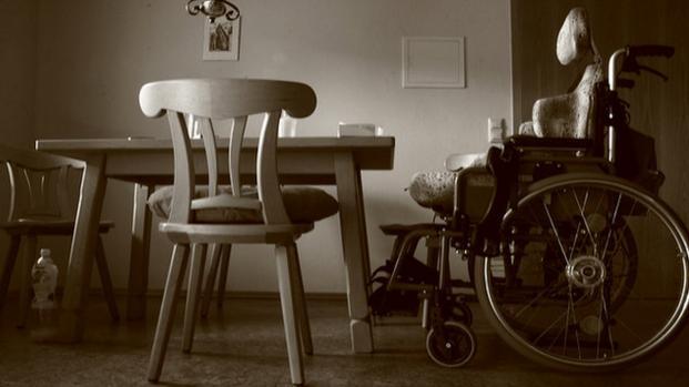 Video: Lascia la madre disabile chiusa in auto per andare alla fiera