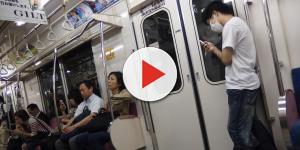 Homem é gravado jogando pelos pubianos em mulher dentro do metrô