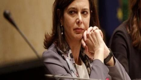 La Boldrini contro la disparità  sui tesserini identificativi dei dipendenti.