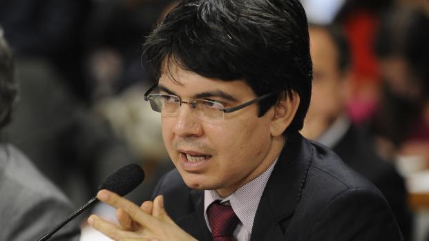 Senador faz críticas ao discurso do general que pediu por intervenção militar