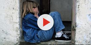 Criança de 7 anos fica ao lado do corpo de sua mãe assassinada