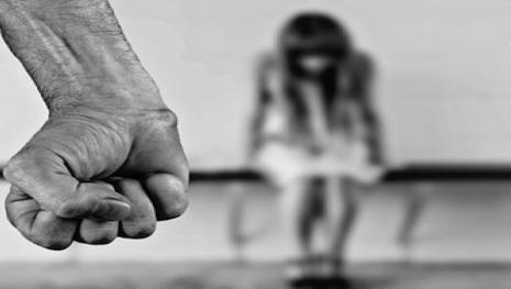 Homem abusa sexualmente de uma criança de 6 anos