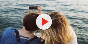 Eles se divertiam no lago, mas detalhe mortal acabou surpreendendo na selfie