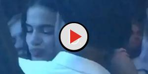 Neymar parte para cima e rouba beijo de Bruna Marquezine durante casamento; veja