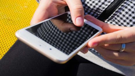 Diventa cieca a causa dello smartphone: 8 ore al giorno davanti allo schermo