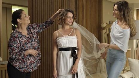 Cibele tem casamento com mulher e fãs se agitam: 'Ivana?'