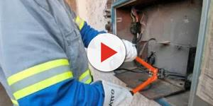 Eletricista se emociona ao ir cortar a luz de menino