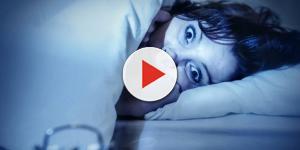 Já sentiu seu corpo paralisado após acordar durante a noite? Saiba como se curar