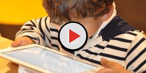 Assista: Menino de 2 anos faz transmissão ao vivo do banho da própria mãe