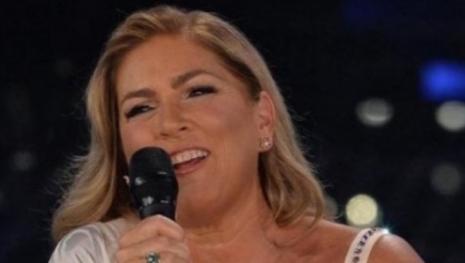 Romina Power ironica sui social: la cantante 'abbraccia' un uomo, ecco chi