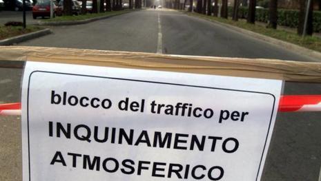 Nord Italia nella morsa dello smog: blocco del traffico e codici per circolare
