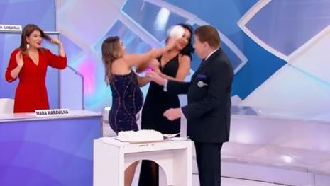 Diante das câmeras Patrícia Abravanel atinge Helen Ganzarolli com torta no rosto