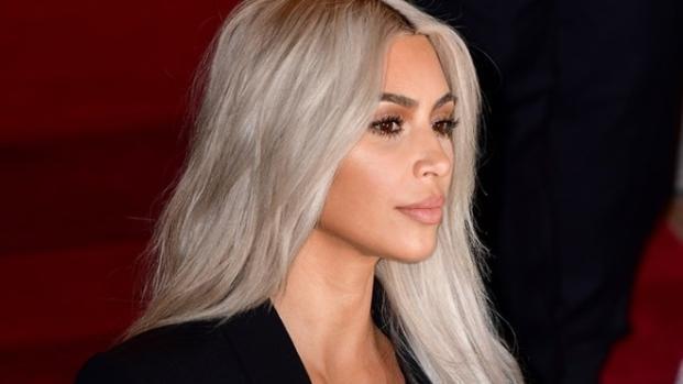 Assista: Kim Kardashian arrisca em evento e não veste nada sob casaco.