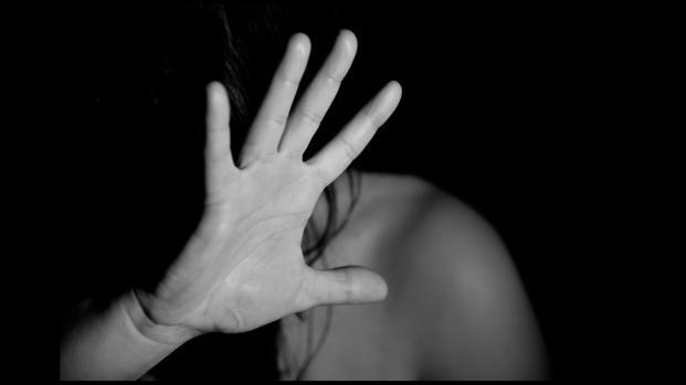 Immigrato marocchino stupra minorenne: si risveglia su un treno