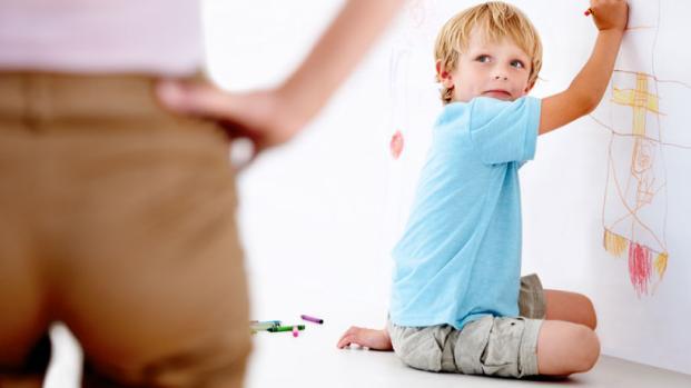 Vídeo: Mãe encontra solução inusitada e salva parede pintada por filho; confira.