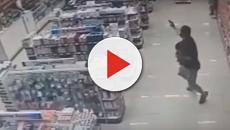Assista: Sargento da polícia reage a um assalto enquanto segura o filho no colo