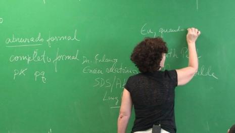 Professora casada é presa por fazer sexo com aluno dentro da sala de aula