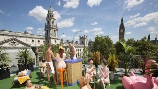 Apre a Parigi il secondo ristorante europeo per nudisti