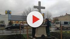 Attivisti alzano una croce di tre metri di fronte alla Lidl