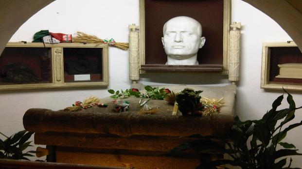 Video: 'Hanno violato la tomba di famiglia': i Mussolini denunciano Rai 3 e ANPI