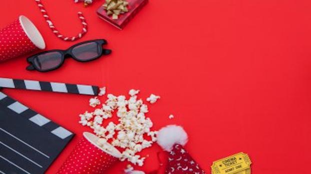 Il cinema a Natale, tra Cinepanettoni e film d'autore restaurati.
